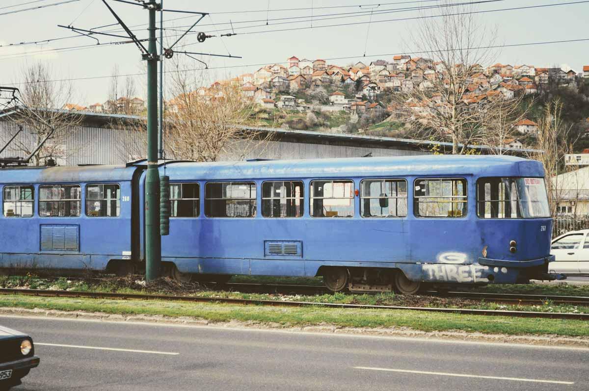 Blaue Straßenbahn in Sarajevo