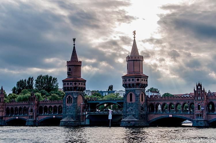Die Berliner Oberbaumbrücke am Abend